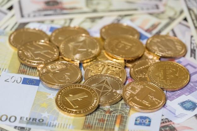 Цифровая валюта. криптовалюта. золотые монеты с символом bitcoin, litecoin и ethereum.