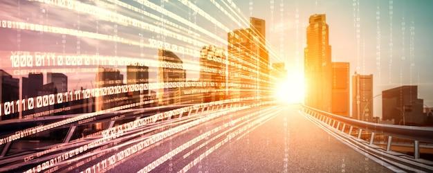 高速転送のビジョンを作成するモーション ブラーを使用した道路上のデジタル データ フロー