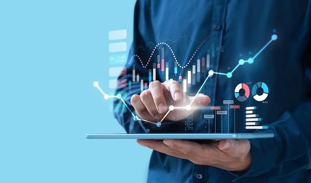 Цифровой дизайн бизнесмен, торгующий онлайн-фондовой биржей на экране teblet