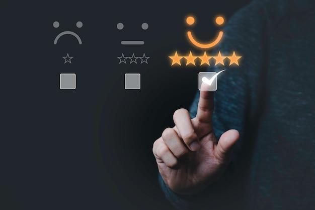 Цифровой дизайн руки, касающейся знака, чтобы выбрать значок смайлика для оценки продукта и услуги.