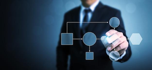 Цифровой дизайн бизнесмена указывая иллюстрацию на синем фоне