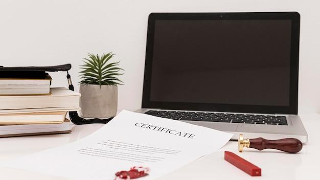 デジタル機器と卒業証書