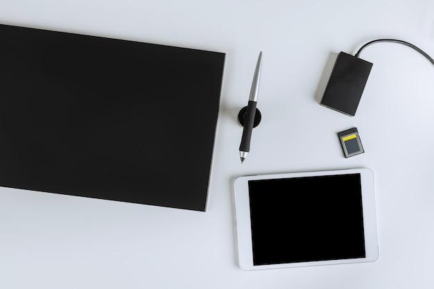 그래픽 태블릿 디자이너의 디지털 장치, 펜, 사진 작가 사무실 및 디지털 테이블, 가정 작업 공간의 카드 리더 어댑터