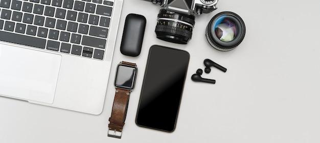 白いテーブルの上のデジタルデバイス