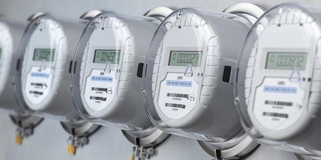 Цифровые электросчетчики в ряд, измеряющие потребление мощности.