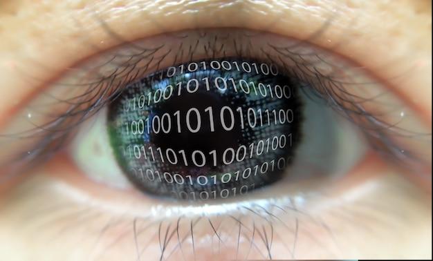Цифровой глаз, смотрящий код