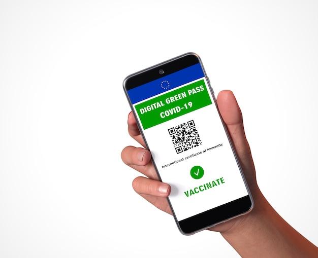 Цифровой зеленый пропуск европейского союза с qr-кодом на экране мобильного телефона, белый фон. covid-19 иммунитет.
