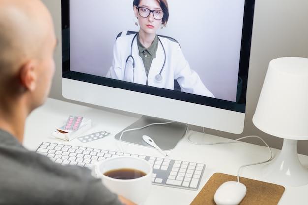 Концепция цифрового здоровья: пациент, проводящий онлайн-встречу с практикующим врачом из дома. врач консультирует человека через систему веб-конференций