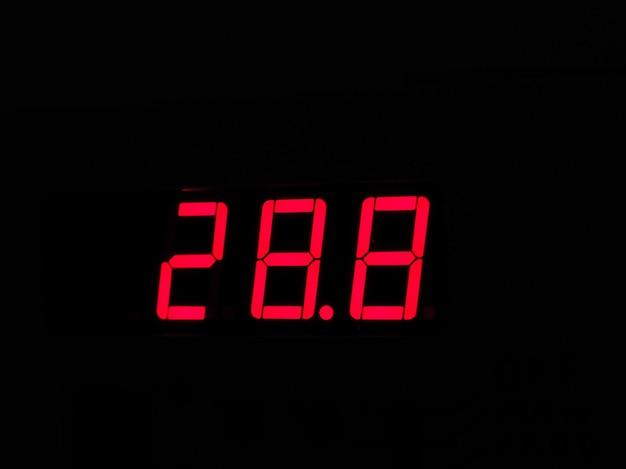 Цифровой жк-дисплей термометра, показывающий горячую температуру в ce