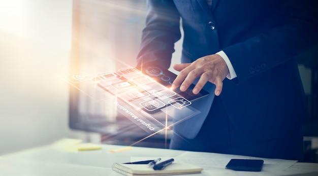 디지털 마케팅. 가상 화면에 현대적인 인터페이스 지불 온라인 쇼핑 및 아이콘 고객 네트워크 연결을 사용하는 사업가.