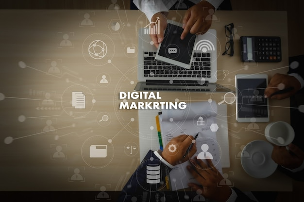 Digital marketing новый стартап-проект millennials деловая команда за работой с финансовыми отчетами и ноутбуком