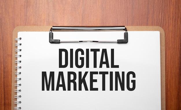 나무 테이블에 흰 종이에 디지털 마케팅 텍스트