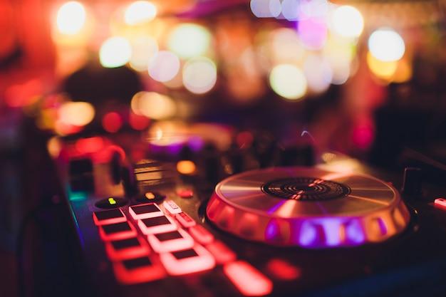 화려한 디스코 조명, dj 턴테이블 콘솔 사운드 장비와 디지털 미디 컨트롤러 패널.