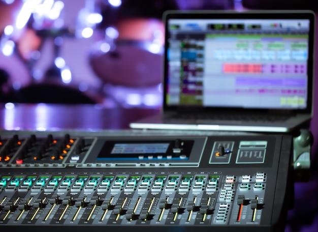 音楽を録音するコンピューターを備えたレコーディングスタジオのデジタルミキサー。創造性とショービジネスのコンセプト。テキストのためのスペース。