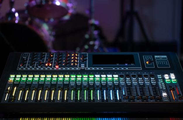 녹음 스튜디오에서 디지털 믹서. 소리로 작업하십시오. 창의성과 쇼 비즈니스의 개념입니다.