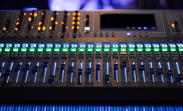 レコーディングスタジオのデジタルミキサー。サウンドを操作します。