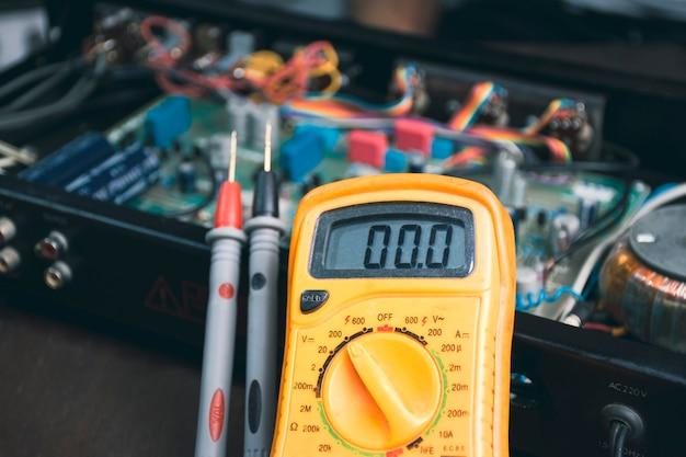 電化製品の電圧および電子部品検査をチェックするためのデジタルマルチメータ