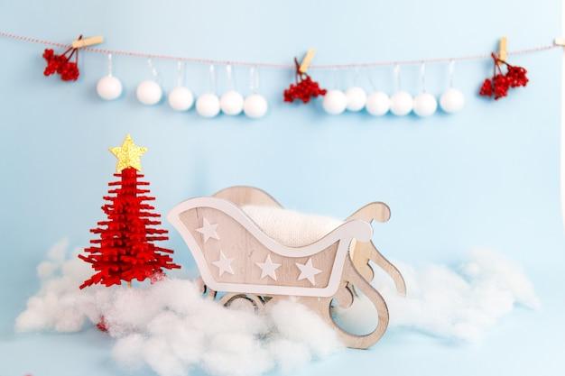 나무 썰매와 디지털 신생아 크리스마스 배경