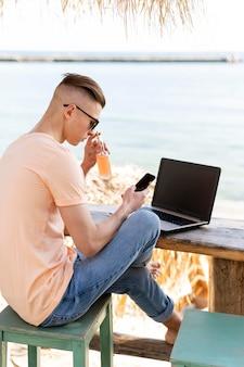 Цифровой кочевник на берегу моря