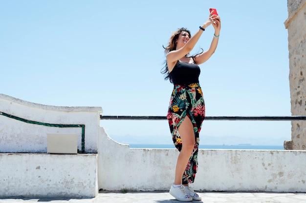 自撮り写真を撮るデジタル遊牧民の女性