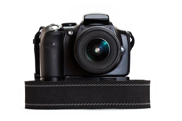 白い壁に分離されたデジタル写真カメラ