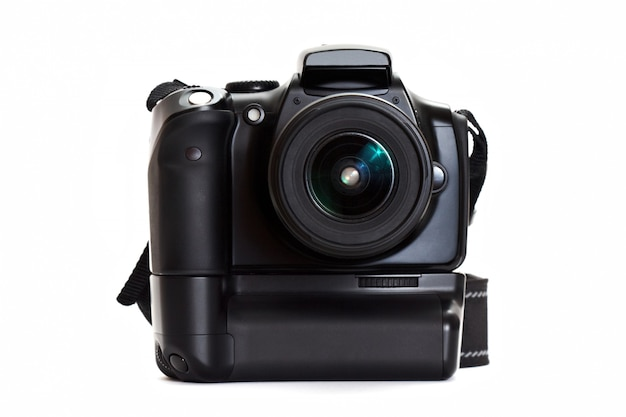白い壁に分離されたバッテリーグリップ付きデジタル写真カメラ