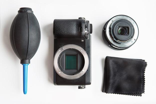 흰색 배경에 청소 도구가 있는 디지털 사진 카메라