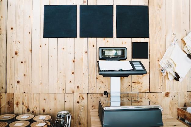 Цифровые весы с инструкциями по взвешиванию продуктов в экологически чистом продуктовом магазине без пластика