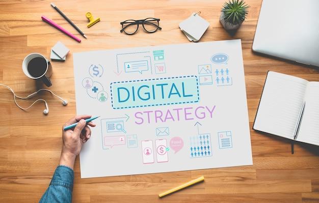 젊은 사람이 생각하고 계획하는 디지털 전략 또는 비즈니스 온라인 개념
