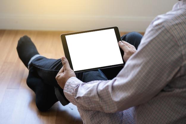 Цифровой планшетный компьютер закрыть человека, используя планшетные руки человек многозадачность