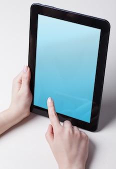 Макет цифрового планшета в руках женщины