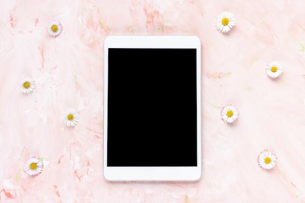 봄 여름 꽃 배경에 디지털 태블릿