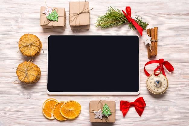 ウッドの背景、クリスマスコンセプト、コピースペースにデジタルタブレット
