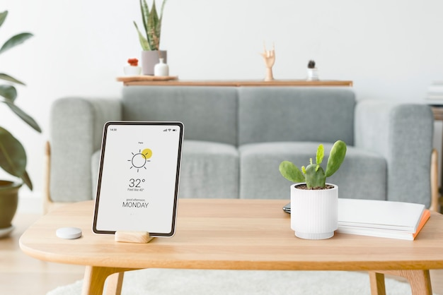 木製のテーブルにスマートホームコントローラーを備えたデジタルタブレット画面