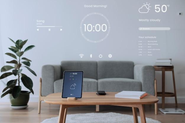 나무 테이블에 스마트 홈 컨트롤러와 디지털 태블릿 화면