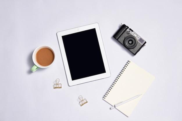 흰색 바탕에 빈 화면이 있는 디지털 태블릿. 위에서 보기