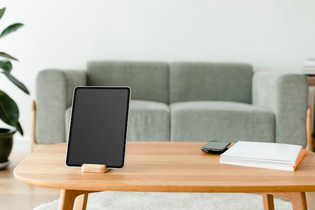 나무 테이블에 빈 화면이 디지털 태블릿