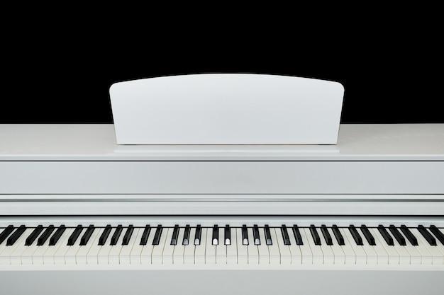 디지털 흰색 전기 피아노 키를 닫습니다.