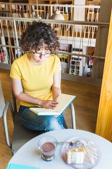 勤勉な女性の読書とケーキ