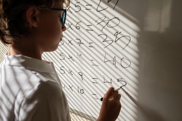 수학 수업 중 화이트보드 근처에 있는 부지런한 남학생
