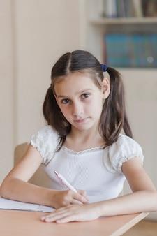 ノートを作っている勤勉な女子高生