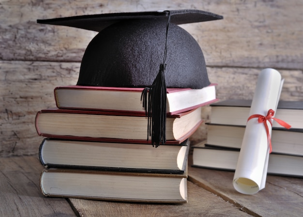 Dilpoma, hat and books