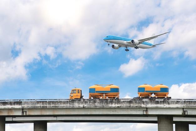 Габаритный транспортный ландшафт, шоссе и самолеты