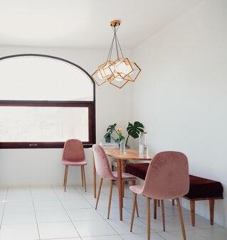 デザイン共有テーブルチェアを備えたミニマルなスタイルのモダンなトレンディなダイニングルームのインテリアデザイン