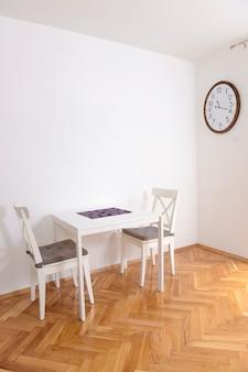 Столовая со столом на двоих в квартире с ремонтом