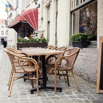 벨기에 브뤼헤에있는 거리 카페의 식탁과 의자