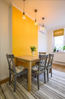 Обеденный стол в уютной, хорошо оформленной столовой