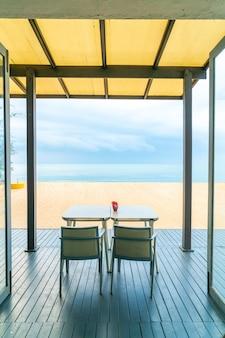 Обеденный стол в ресторане на фоне моря