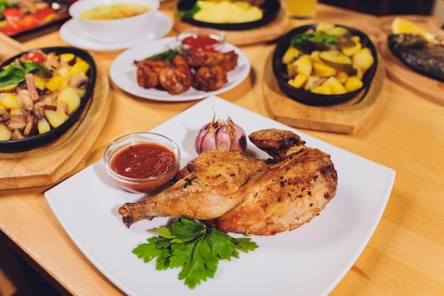 Обеденный стол с разнообразными закусками и салатами. лосось, оливки, вино, овощи, жареный рыбный тост. концепция семейного праздничного ужина.