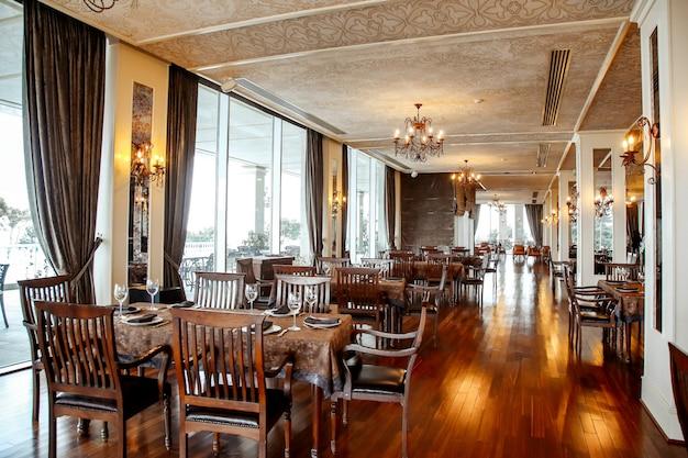 Tavolo da pranzo con sedie e stoviglie